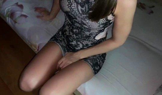 Брюнетка в платье задрала одежду и подставила киску для домашнего порн...