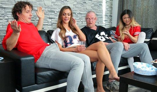 Двое мужчин и две девушки устроили на диване групповое порево свингеро...