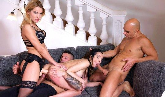 Групповое порно со страпоном и двойным проникновением на мягком диване