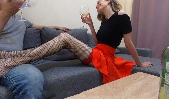 Пьяная русская девушка в чулках занимается домашним сексом на диване...