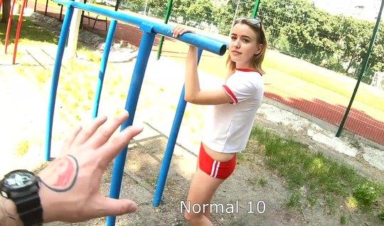 Русская девушка прямо на публике раздвигает ноги для секса перед камер...