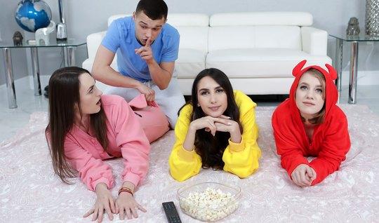 Три молодые девушки не против горячего группового секса с одним членом...