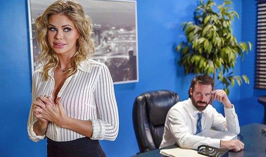 Начальник в офисе на столе трахнул подчиненную