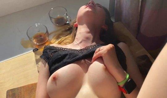 Русская девушка спустила трусики для домашнего порно на видео камеру...