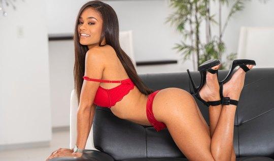 Мулатка на диване подставляет сочную щель для секса с мужиком и кончае...