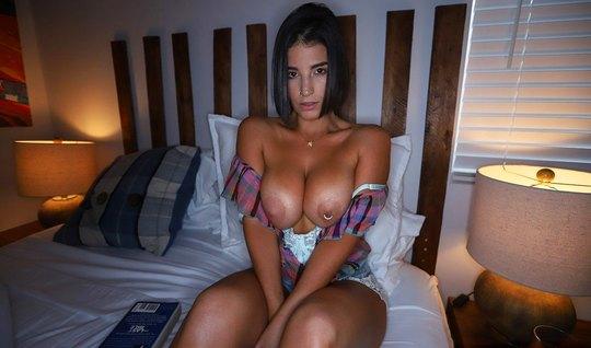 Девушка с большими дойками наслаждается сексом от первого лица и конча...