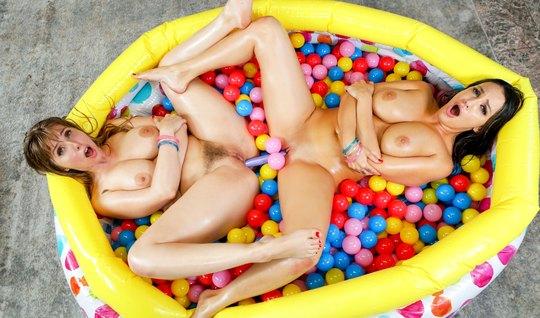 Лесбиянки с секс игрушкой затрахали друг другу мокрые отверстия и конч...