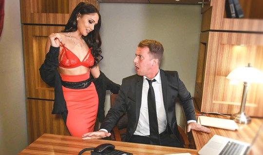 Крепкий мужик дерет роскошную секретаршу с идеальной фигурой
