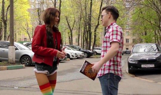 Русская молодая худая красотка пришла к ботанику домой для секса на кр...