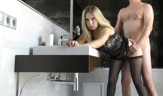Русская телка в чулках в позе раком наслаждается домашнем порно