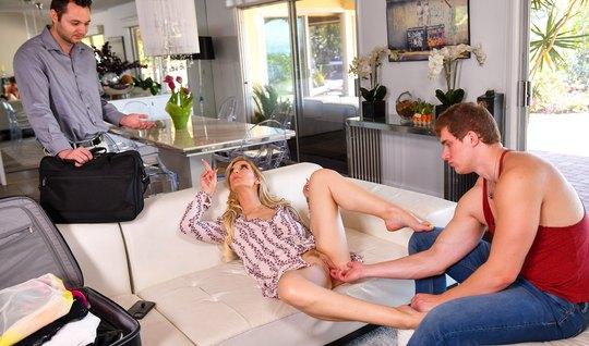 Девушка на диване изменяет своему мужу с его лучшим другом и кончает...
