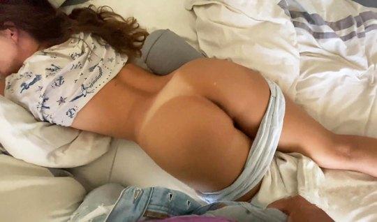 Спящая телочка и ее друг решили устроили домашнее порно прямо рано утр...