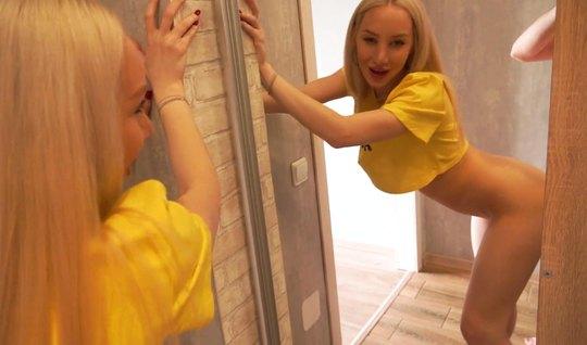 Русская блондинка встала в позу раком и подставила киску для любви...