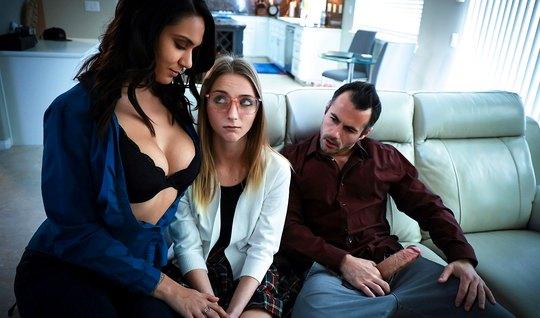 Девушка и мамка предпочитают горячую групповуху с одним молодым парнем...