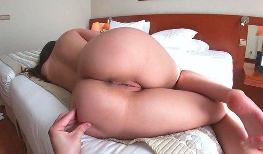 Подружка спустила красные трусики для домашнего порно от первого лица...