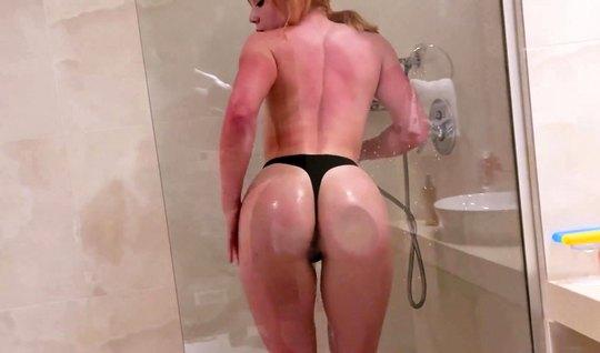 Рыжая девушка в ванной подставляет тугую пилотку для домашнего видео в...