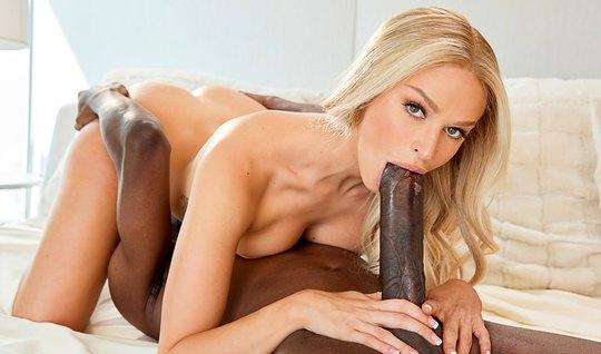 Блондинка и негр с большим членом занимаются горячим сексом в разных п...