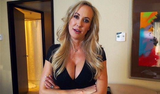Зрелая мамка не отказала пасынку в съемке домашнего порно видео...