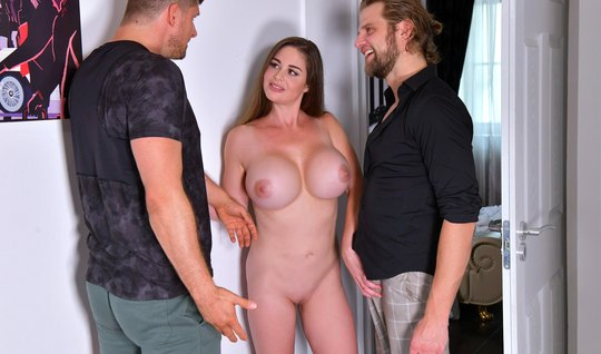 Девушка с большими дойками получает удовлетворение от двойного проникн...