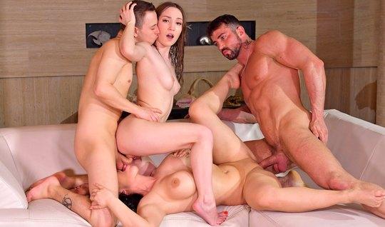 Две девушки с большими дойками и их мужчины занимаются групповым сексо...
