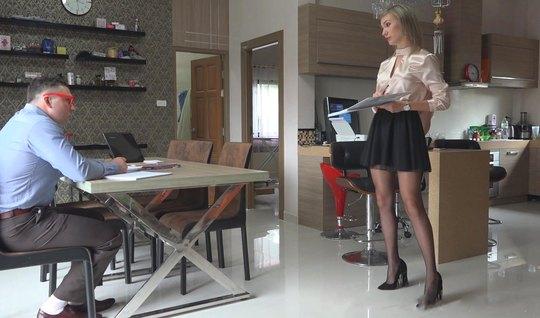 Девушка в чулках раздвигает стройные ноги для домашнего порно с любовн...