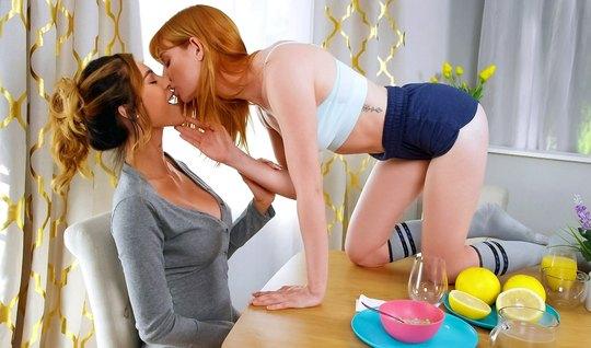 Рыжая лесбиянка и ее мамочка прямо в спальне занимаются оральным сексо...