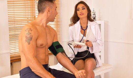 Медсестра в своем офисе раздвигает ноги для секса и удовольствия...