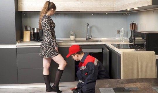 Русская молодая девушка раздвигает ноги и подставляет дырочки для ваги...