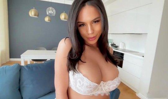 Брюнетка с большими дойками во время домашнего порно трусит задницей н...