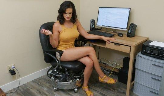 Мамка прямо в кабинете подставляет свои дырочки для секса от первого л...