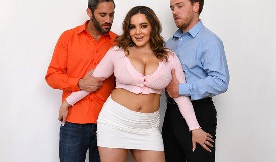 Дамочка с большими дойками согласилась на групповой секс с двумя парня...