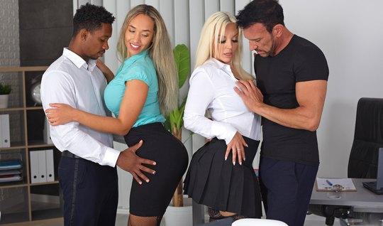 Две молодые девушки с большими дойками прямо в офисе устроили с парням...