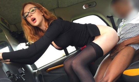 Рыжая красотка в чулках подставила пилотку для секса в машине с возбуж...