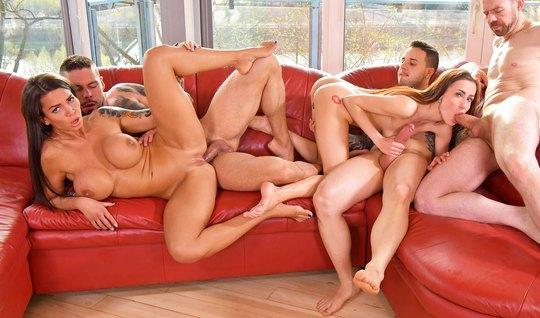 Развратные девушки и трое мужчин устроили оргию с двойным проникновени...