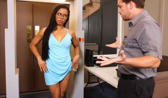 Мулатка сняла свое платье и раздвинула ноги для анального траха...