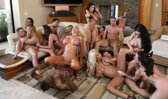 Порно звезды во время пародии сняли групповой секс премиум класса...