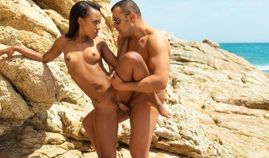 Мулатка трахается с незнакомцем на курортском пляже за высокими скалам...