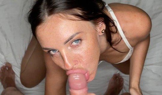 Русская брюнетка во время домашнего порно скачет на твердом члене разв...