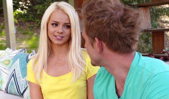 Блондинка удовлетворяет фут фетишиста ножками и влажной киской на дива...