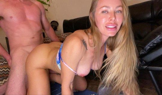 Блондинка после мастурбации на вебку задрала стройные ноги ради домашн...