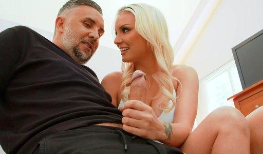 Блондинка с большими дойками после минета задирает ноги для анального ...