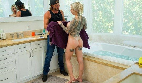 Татуированная мамка с большими дойками в ванной занимается сексом с мо...