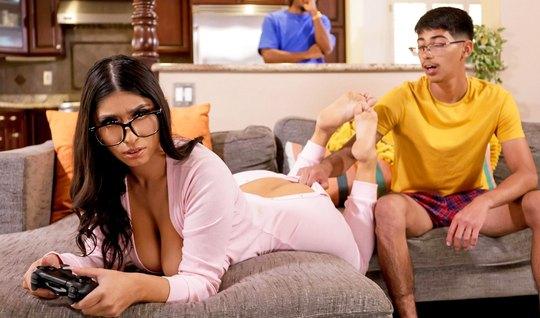 Негр и брюнетка с большими дойками занимаются сексом в гостиной и полу...