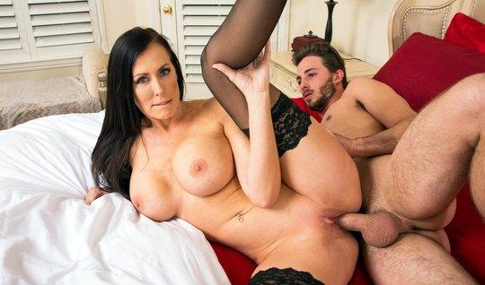 Молодой любовник пялит членом секс мамку с большими дойками