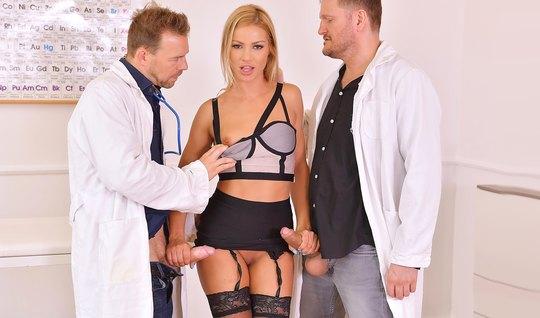 Два доктора прогнули блондинку в чулках и оттрахали ее в два ствола...