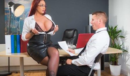 Грудастая женщина трахнулась с боссом в офисе