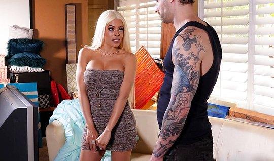 Блондинка с шикарными сиськами телом отдается своему тату-мастеру...