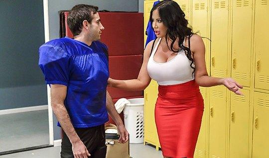 Толстая мамка поимела сексуального спортсменом прямо в раздевалке на с...