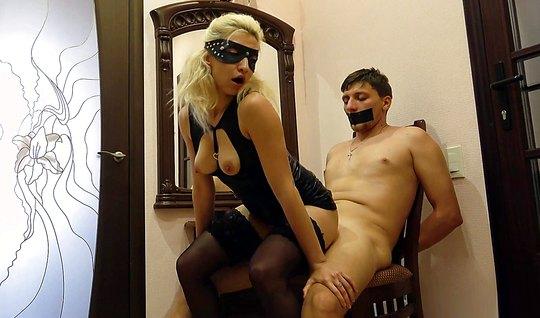 Мамка в маске связала любовника и трахнула его влажной пилоткой перед ...