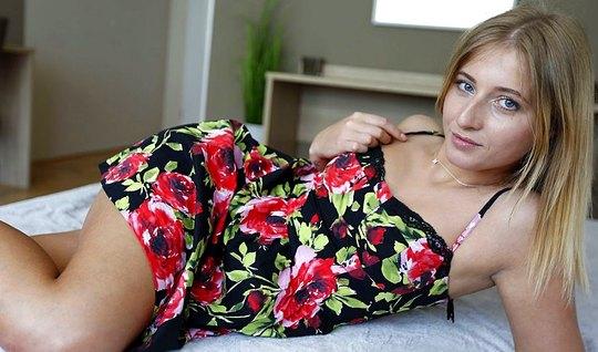 Стройная девица задирает короткое платье и отдается сексуальному пикап...
